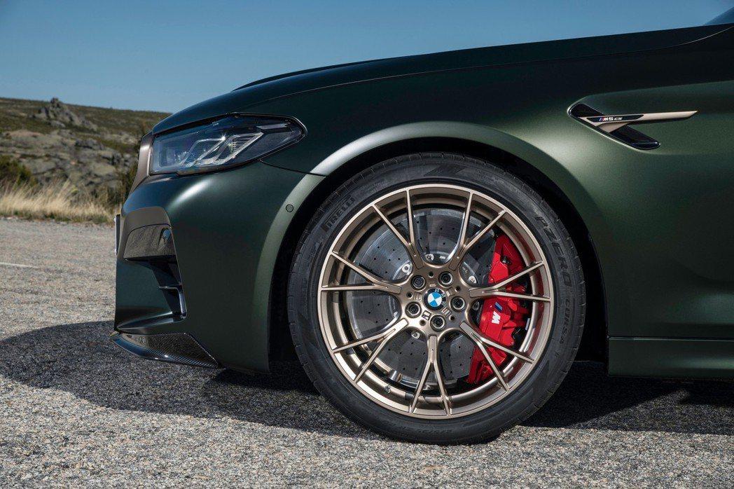 20吋鍛造鋁圈搭配Pirelli P Zero Corsa輪胎。 摘自BMW