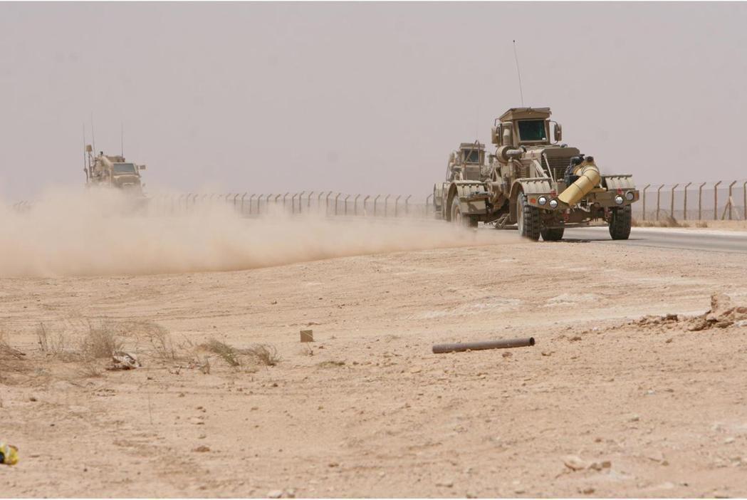 美軍在伊拉克曾以無人車進行路障排除任務。 圖/取自DVDIS網站