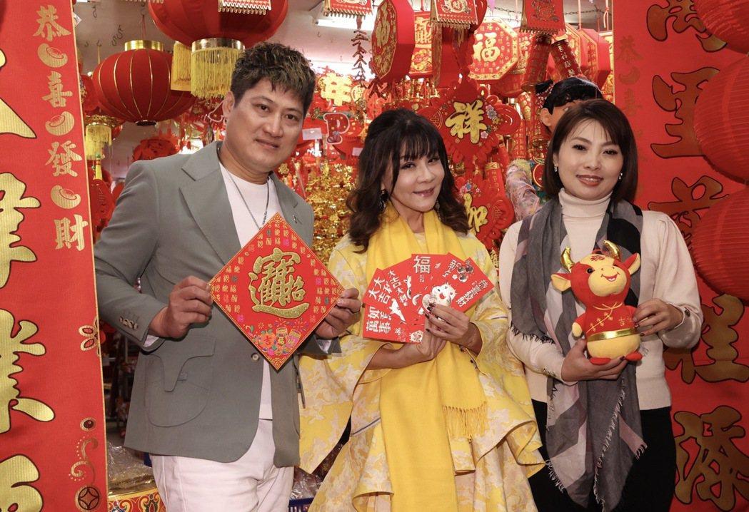藝人龍千玉(中)、唐儷(右)、楊哲(左)採買春聯迎金牛年。記者黃義書/攝影