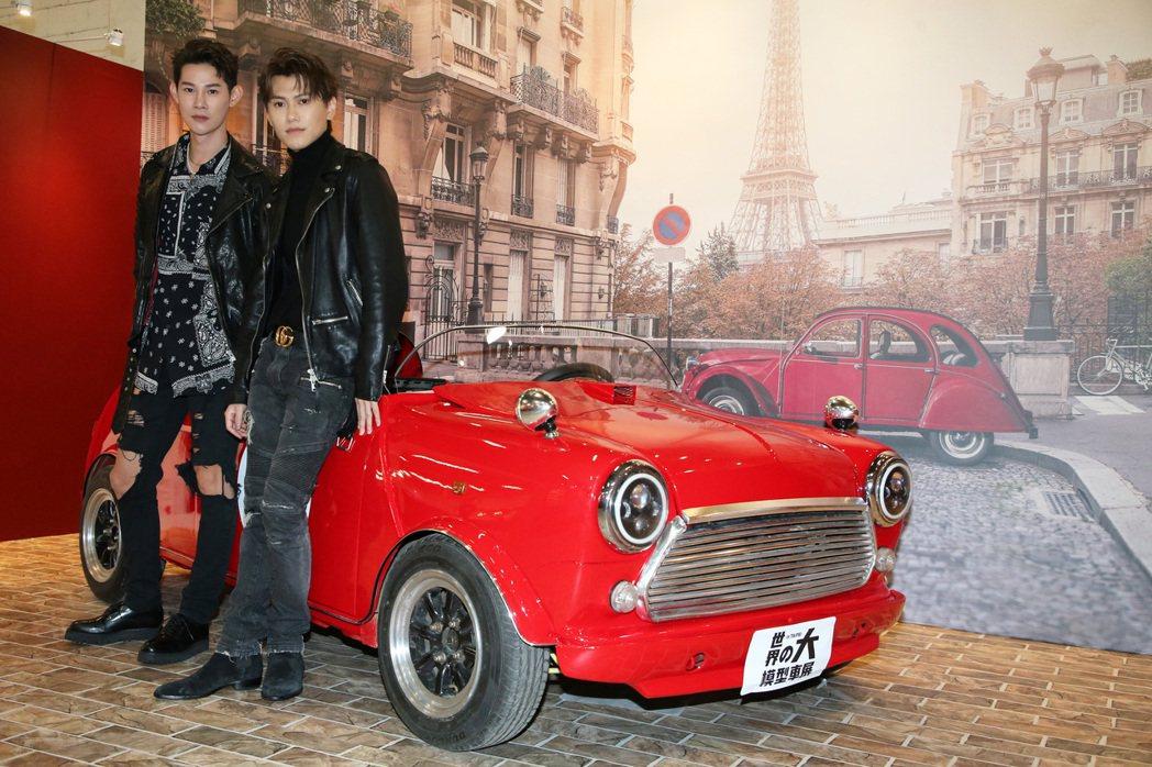 夏和熙(左)與邱宇辰(右)一起看模型車展。記者胡經周/攝影