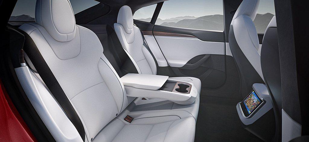 新特斯拉Model S後排設計可容納三位成人(中央扶手可收納),提供寬敞的膝部與...