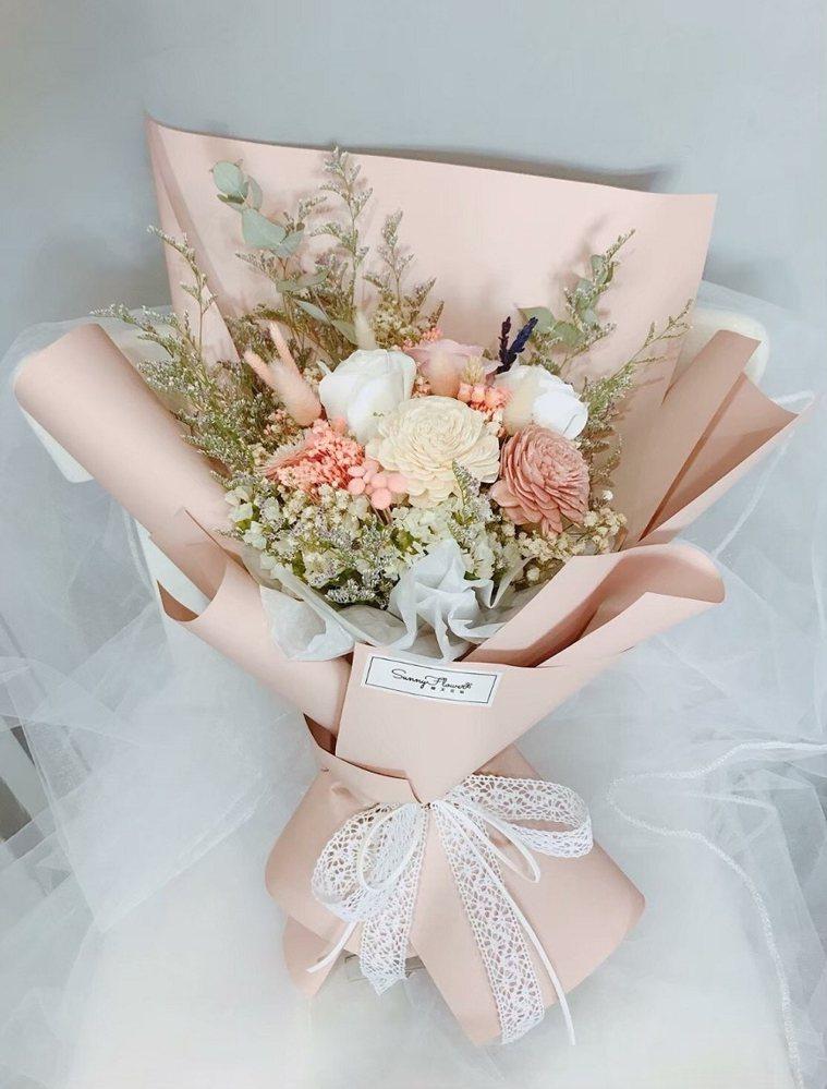 安寧病房團隊為蘇健裕準備了一束花,讓他能夠對太太好好致謝。 圖/取自50+(Fi...