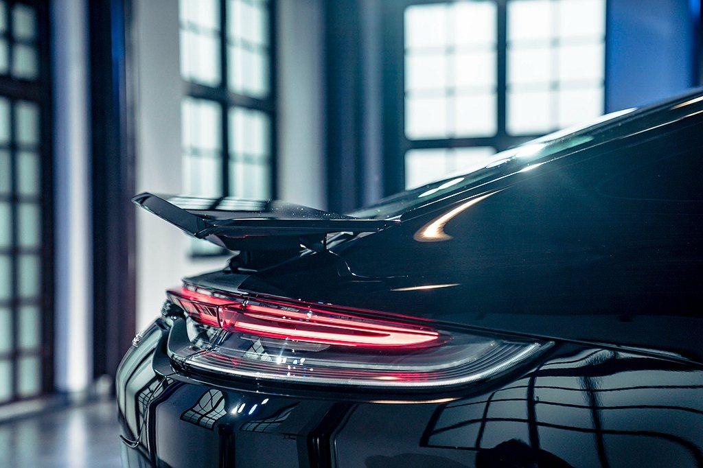 重新設計的車尾燈帶與行李廂蓋輪廓無縫銜接,視覺上與兩側全新設計的LED尾燈組融為...