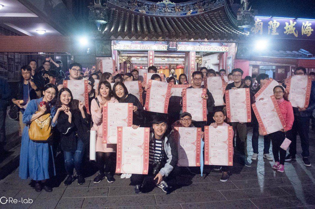 由霞海城隍廟與Re-lab於白色情人節舉辦的海報贈送活動,吸引了近百位年輕民眾共...