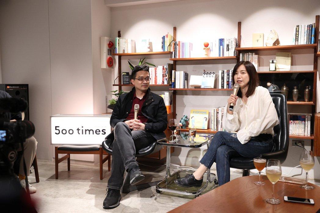 葉肇元(左)與李惠貞對談AI將對人類,帶來生活上的什麼不一樣。 圖/林澔一攝影