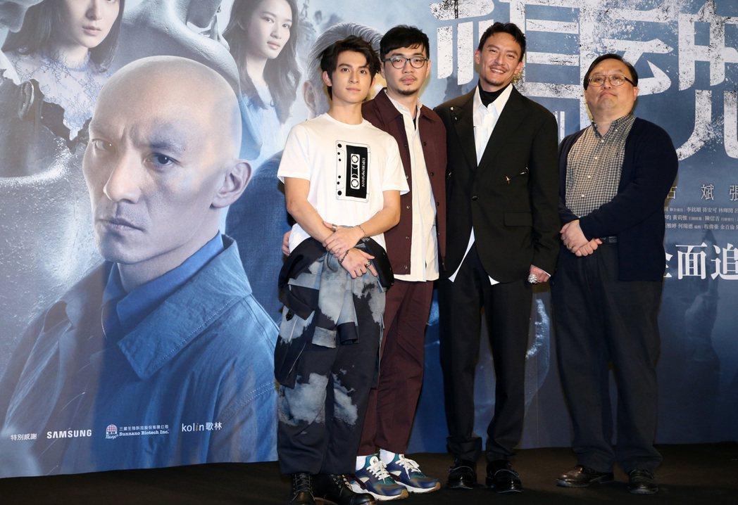 監製唐在揚(右一)、導演程偉豪(左二)、主演張震(右二)、林暉閔(左一)今天出席...