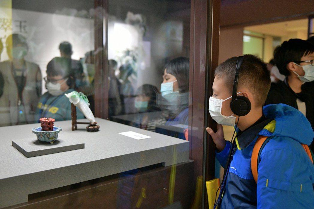 家扶小朋友欣賞故宮三寶在北院的翠玉白菜。 So-net /提供
