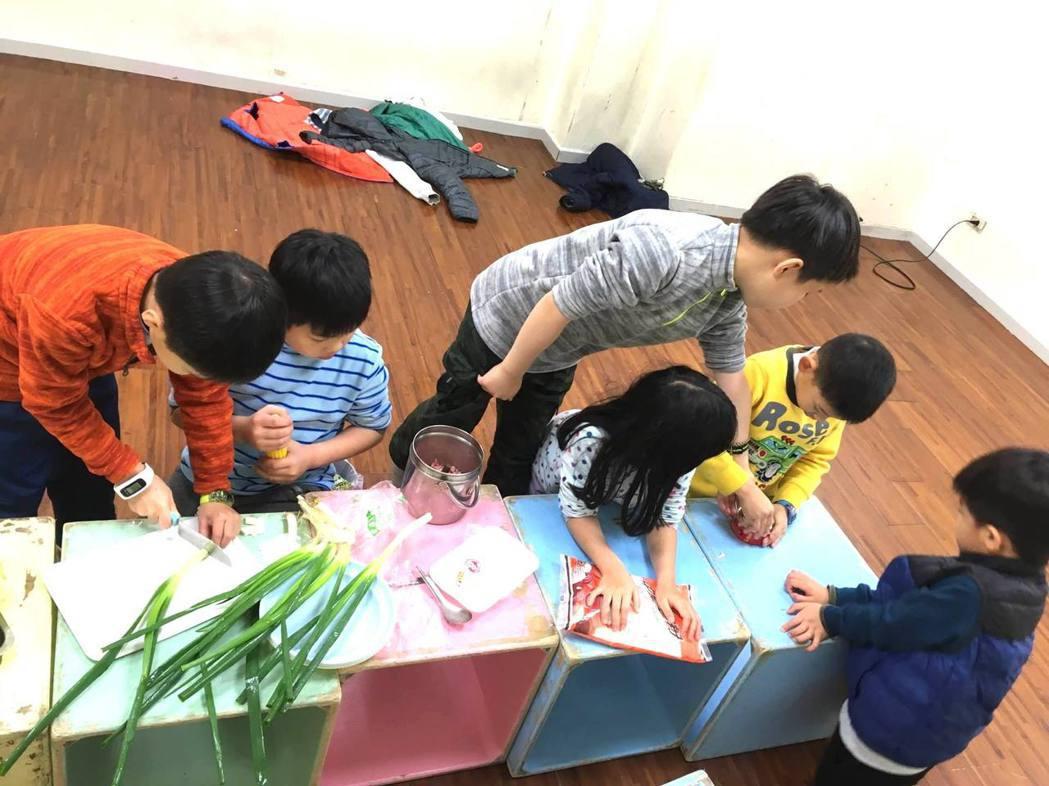 笛飛兒教室常有別出心裁的活動,讓孩子從各種體驗中學習。 笛飛兒EQ教育/提供