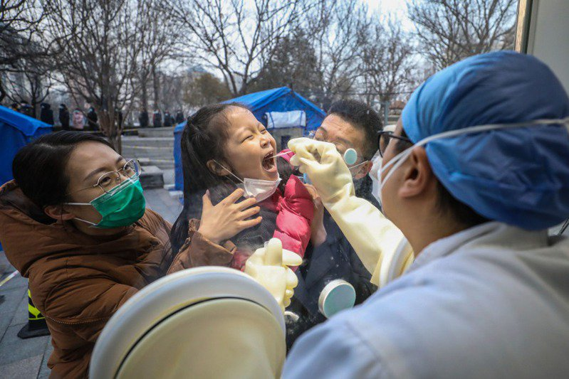 圖為北京市日前對當地民眾展開全面核酸篩檢。新華社