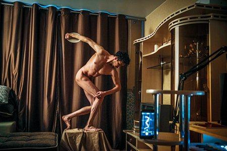 圖說:在家自我隔離的民眾,複製了著名古希臘雕塑作品〈擲鐵餅者〉(照片/紐約時報提供)