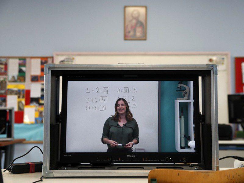 英國學校因新冠肺炎疫情關閉,學童只能遠距學習,但數百萬貧困學童缺乏電腦、網路等遠距學習必要工具。美聯社
