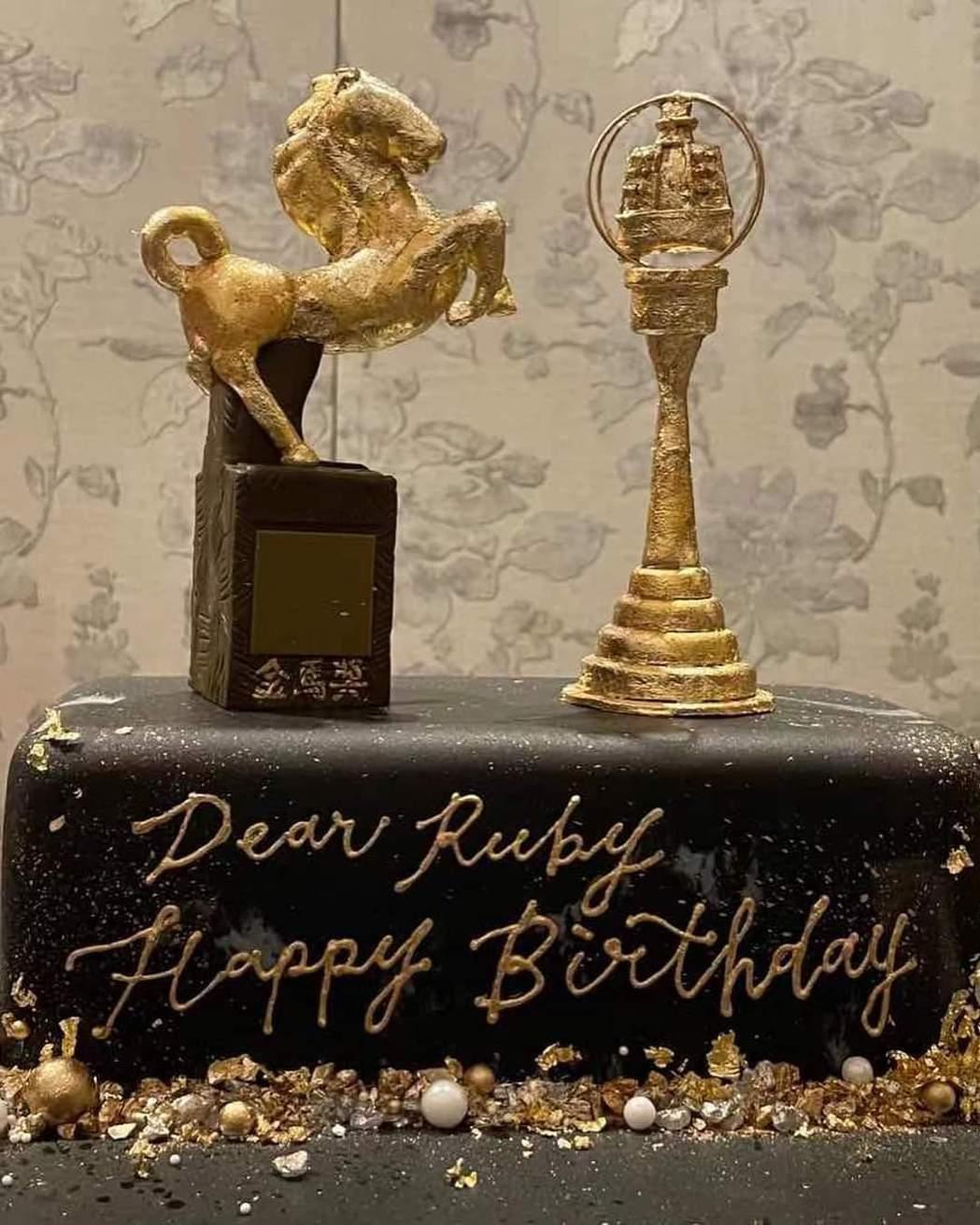 林心如生日收到特製金馬、金鐘雙獎蛋糕。圖/摘自臉書