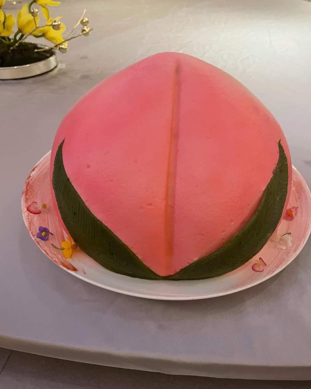 林心如生日收壽桃蛋糕。圖/摘自臉書