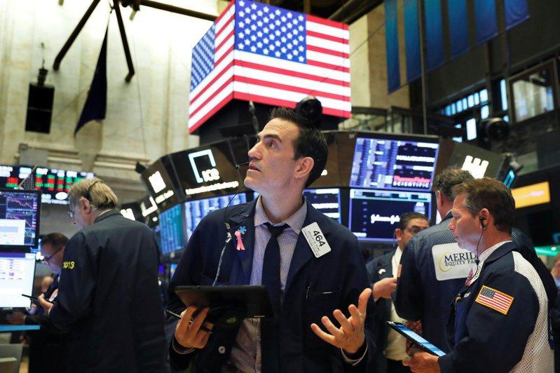 美股三大指數周三(27日)重挫超過2%。(路透)