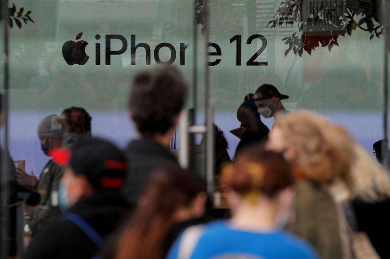 蘋果上季iPhone銷售創新高,單季營收首見破1,000億美元。路透