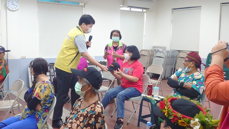 台南市交通局人員定期針對年長者做道安宣導,未來會成立高齡事故防制小組,精準下鄉宣導。圖/台南市交通局提供