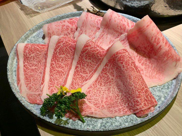 油花細緻的日本和牛,是店內的人氣食材。圖/築間提供