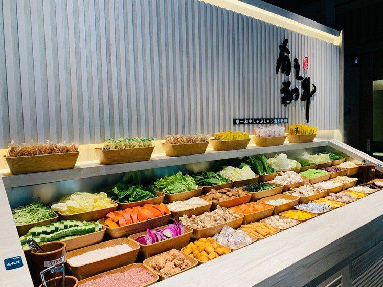自助吧檯區供應約70種的食材、飲品。圖/築間提供