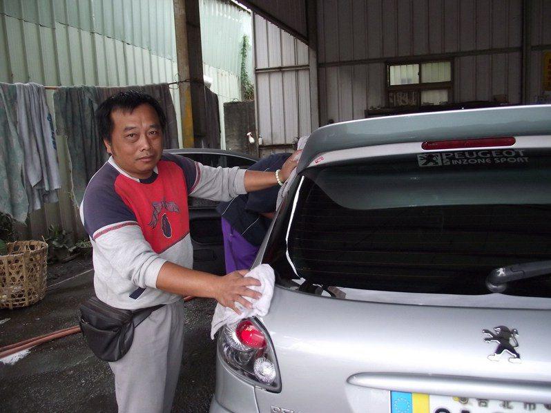 三好洗車廠老闆陳嵢鎮長期雇用身心障礙者員工,曾有往生者入夢要求協助,他也熱心幫忙。記者趙容萱/攝影