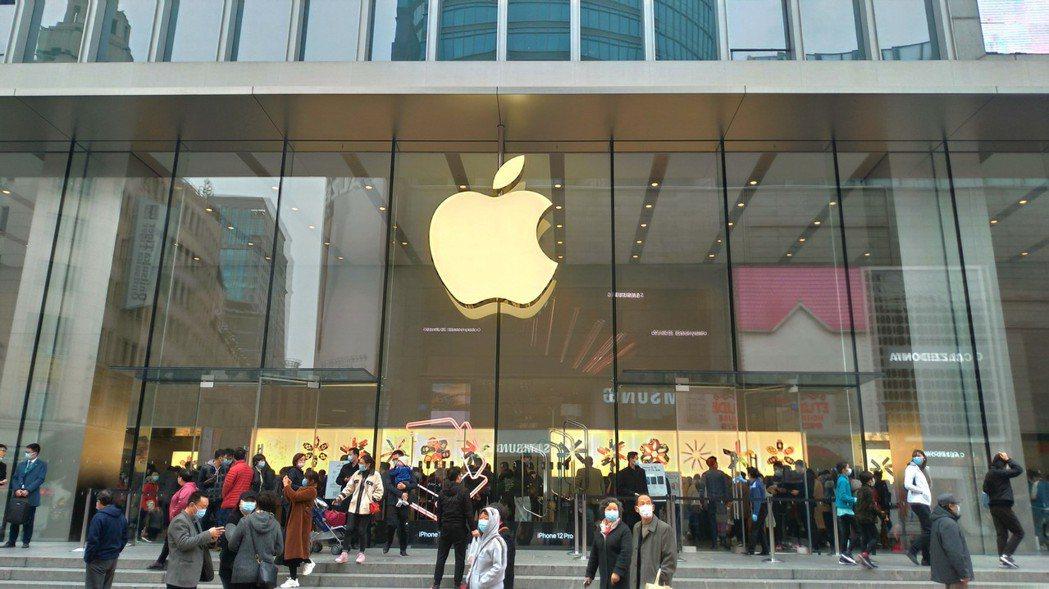 圖為上海南京路步行街上的蘋果專賣店。記者林宸誼/攝影