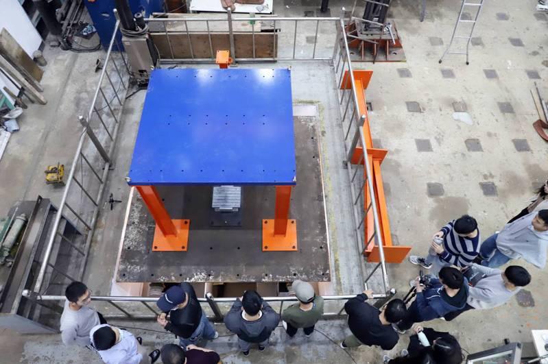 台科大營建系地震模擬振動台重新活化啟用,打造全台校園唯一以油壓控制的地震模擬振動台。圖/台灣科技大學提供