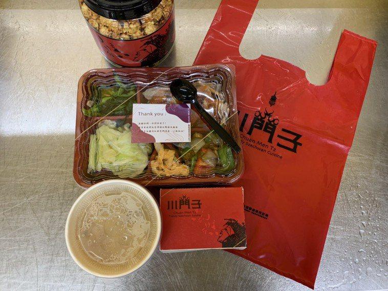 川門子餐廳今天中午親送90份便當到桃園市衛生局,餐點有熱湯、水果與爆米花桶。圖/...