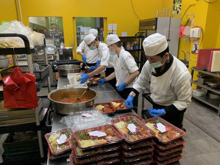 川門子餐廳今天中午親送90份便當到桃園市衛生局,感謝疫調人員不眠不休辛勞。圖/川...