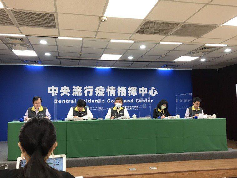 中央流行疫情指揮中心發言人莊人祥(由左至右)、疫情監測組組長周志浩 、指揮官陳時...