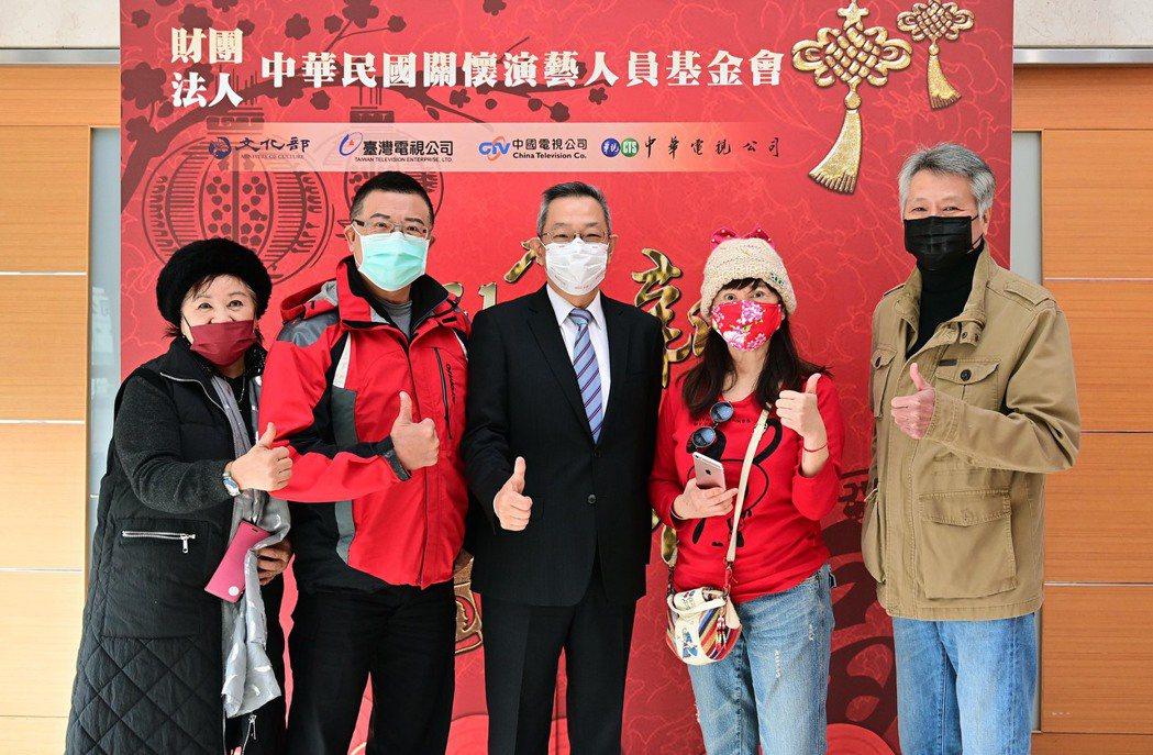 台視總經理周法勛(中)代表董事長黃崧,向資深藝人獻上祝福。圖/台視提供