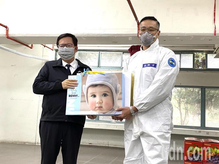 化兵群指揮官昨天喜獲麟兒,仍以公務為重投入防疫工作,鄭文燦也送上嬰兒用品致意。記...