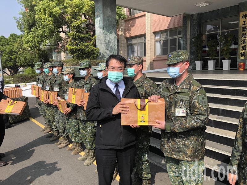 台南市長黃偉哲率領區長到五四工兵群勞軍,官兵高喊戰力強。記者周宗禎/攝影