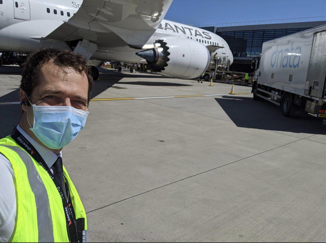 前澳洲航空機師帕克轉換跑道到金礦區開巨型採礦車。擷自臉書@Waylon Park...