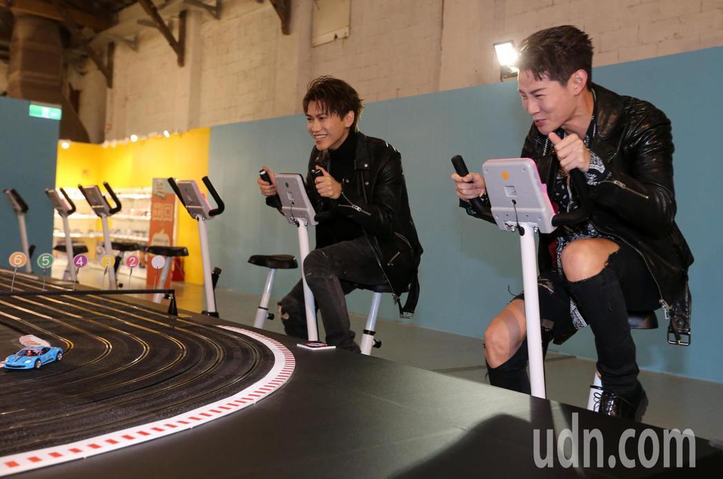夏和熙(右)與邱宇辰(左)今天一起看模型車展,並比賽以腳踏發電的模型賽車。記者胡