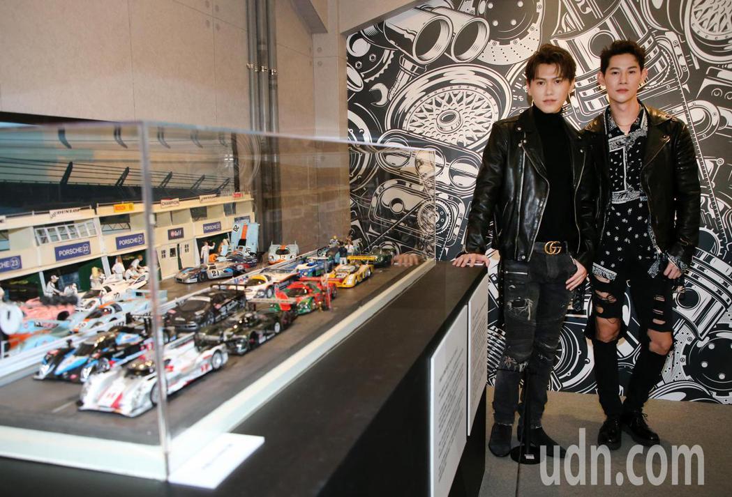 夏和熙(右)與邱宇辰(左)今天一起看模型車展。記者胡經周/攝影
