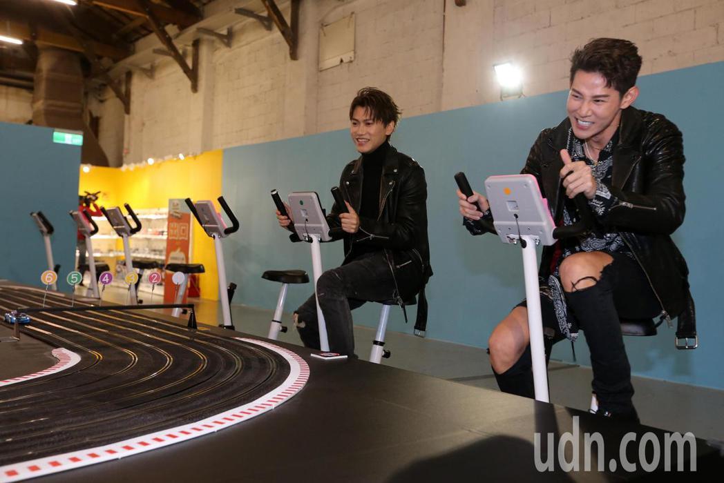 夏和熙(右)與邱宇辰(左)今天一起看模型車展,並比賽以腳踏發電的模型賽車。記者胡...