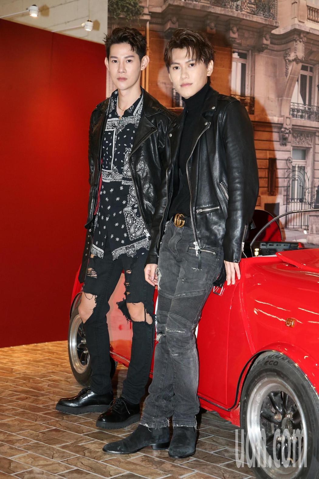 夏和熙(左)與邱宇辰(右)今天一起看模型車展。記者胡經周/攝影