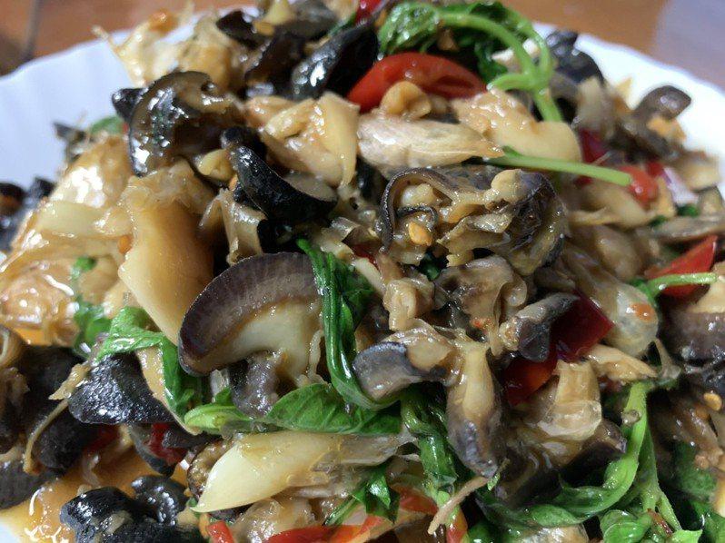 非洲大蝸牛常用來做成炒螺肉,變成常見的下酒菜。記者王思慧/攝影
