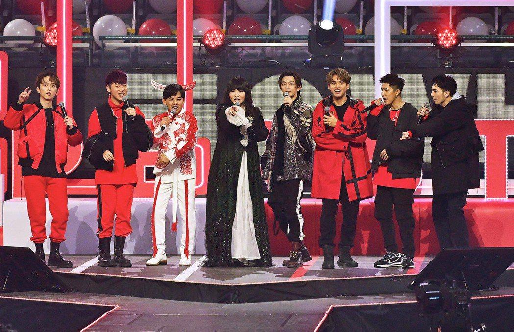 邱鋒澤(左起)小賴、黃子佼、唐綺陽、炎亞綸、陳零九、婁峻碩和偉晉錄台視「紅白」。