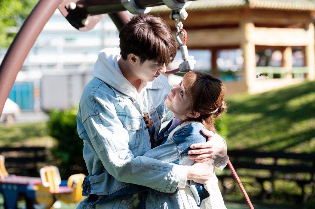 劉書宏(左)與謝翔雅飾演一對舊情人。圖/TVBS提供