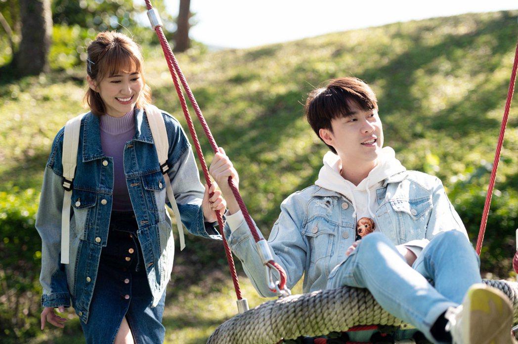 劉書宏(右)與謝翔雅一場公園盪鞦韆戀愛回憶戲充滿甜蜜。圖/TVBS提供