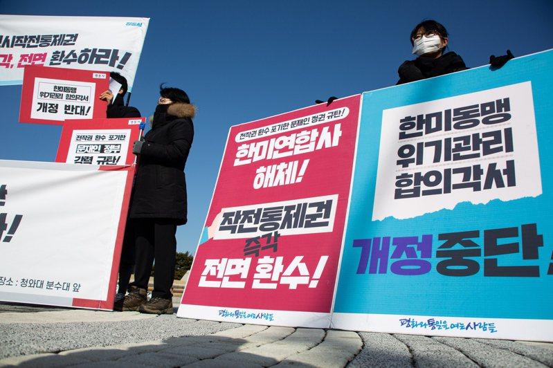 示威人士27日在青瓦台附近要求美軍儘速將戰時指揮權移交給韓方,並解散聯軍司令部。歐新社