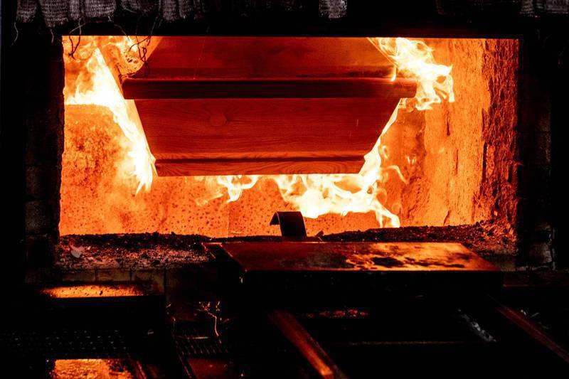 阿根廷一名婦女被醫生宣告死亡後送至火葬場,陪同的女兒在屍體被推進火化爐的前一刻,竟發現母親「根本沒過世」,所幸及時救回。法新社
