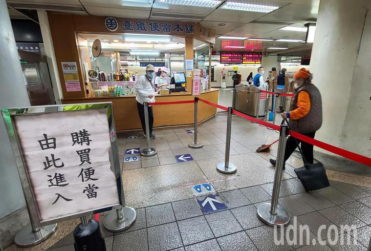 疫情指揮中心與交通部下午宣布,春節期間搭乘台鐵、高鐵與公路客運等,將禁止在車廂內...