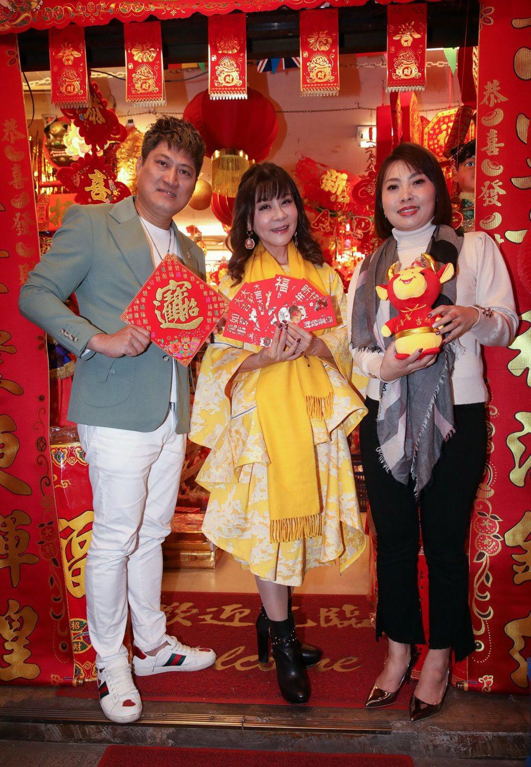 唐儷(右起)、龍千玉、楊哲採買春聯迎金牛年。圖/豪記唱片提供