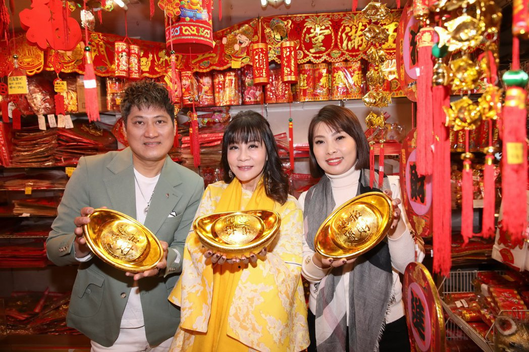 龍千玉(中)率師弟楊哲(左)、師妹唐儷辦年貨。圖/豪記唱片提供