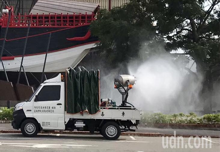台南市政府明天將支援消毒車、回收車與捐贈防護衣、消毒液給桃園市政府與部立桃園醫院。圖/台南市衛生局提供