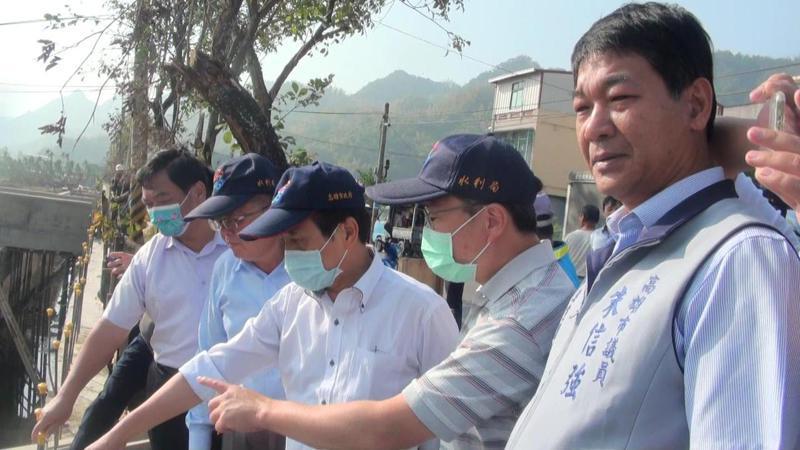 高雄市副市長林欽榮(左三)今午前往美濃福美路視察山下排水改善工程。記者王昭月/攝影