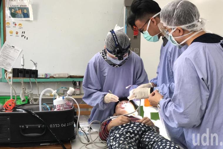 台灣大學口腔衛生服務隊今年寒假來到雲林元長和平國小為小朋友義診,檢查口腔狀況。記...