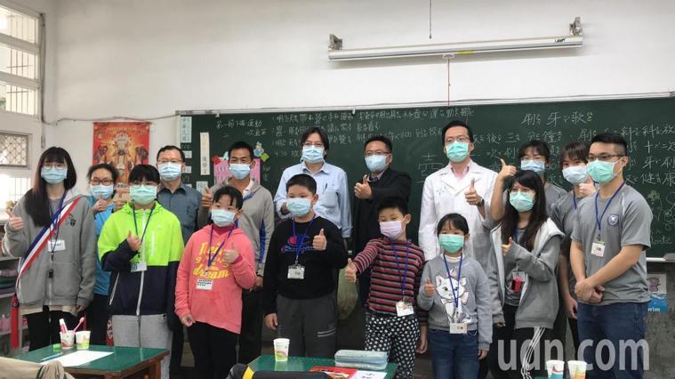 經過台灣大學口腔衛生服務隊義診後,雲林元長和平國小的小朋友都克服心魔,不再害怕看...