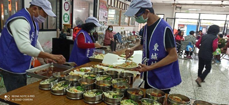 宜蘭長青食堂、社區照顧關懷據點即日起停止共餐,改採取餐及送餐,避免群聚感染。圖/長照所提供